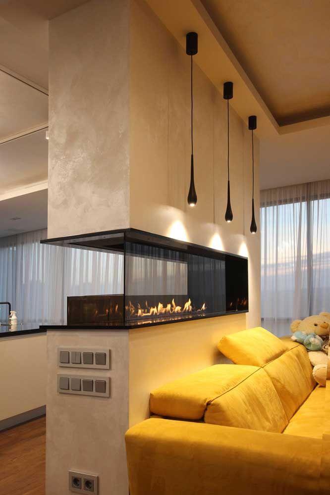 A lareira ecológica faz a ligação entre sala de estar e cozinha