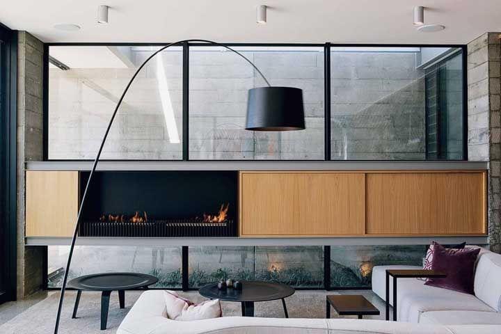 Embutida no móvel, a lareira ecológica é sem dúvida parte importante da decoração