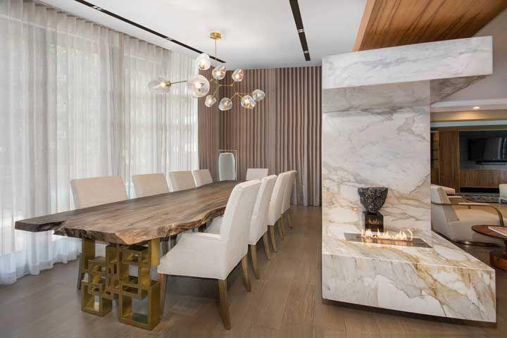 A sala de jantar fica completa com a lareira ecológica
