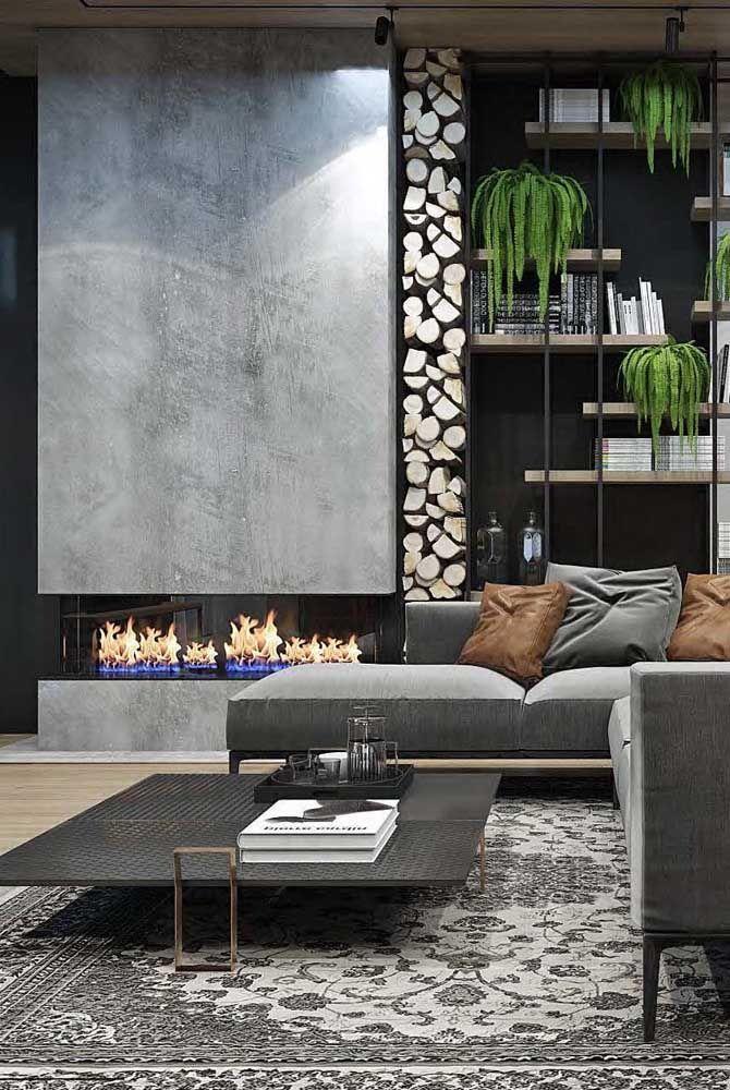 A grande sala de estar apostou em uma lareira ecológica na lateral do sofá
