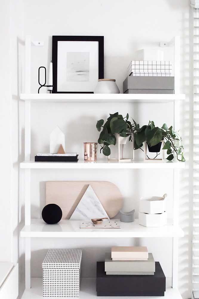 Se você está em busca de uma decoração escandinava opte por objetos decorativos de tons neutros, em especial algo branco com detalhes em preto