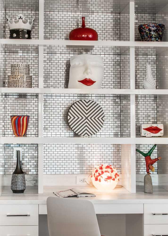 Selecione a dedo cada objeto decorativo que você colocará na estante