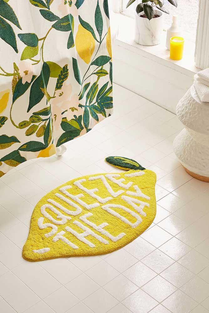 Os objetos decorativos do banheiro podem ser aqueles mais usados no dia a dia, como o tapete e a cortina do box