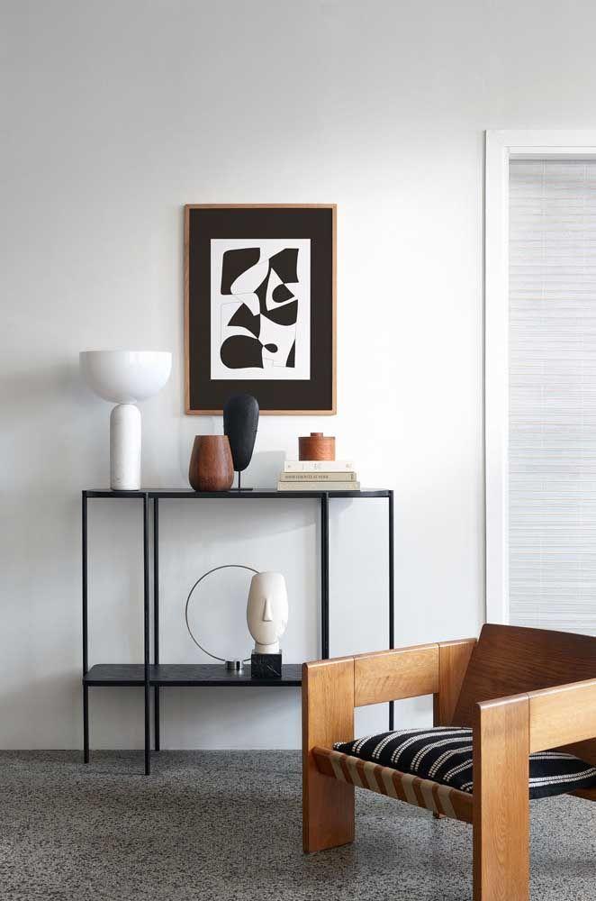 A sala de tons sóbrios e neutros apostou em objetos decorativos na mesma paleta de cores