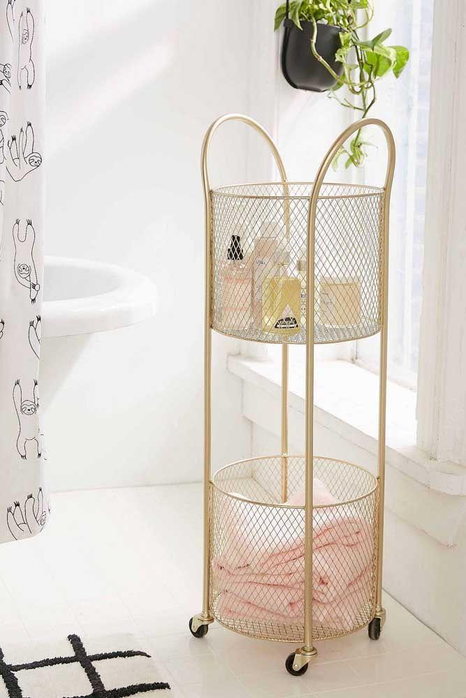 O carrinho dourado no banheiro decora e, ainda, deixa itens importantes sempre ao alcance das mãos