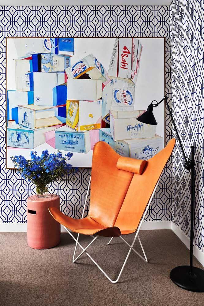 Com proporção e bom senso é possível criar decorações como essa, onde a parede geométrica recebe um quadro marcante de cores vivas sem ficar visualmente poluída