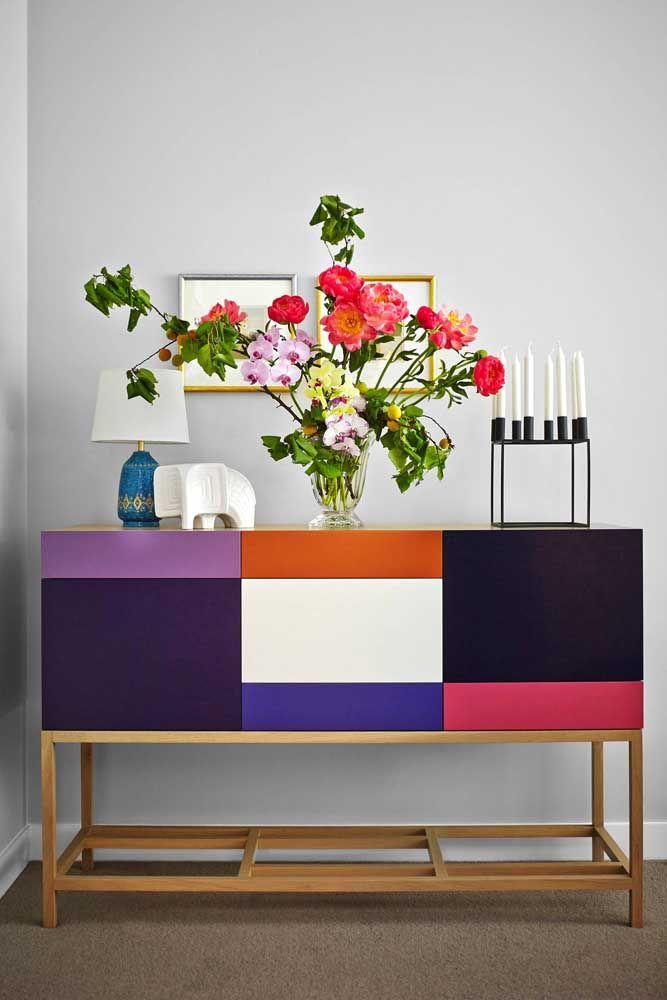 Flores, velas e um abajur: objetos que não podem faltar em uma decoração de estilo retrô e romântico