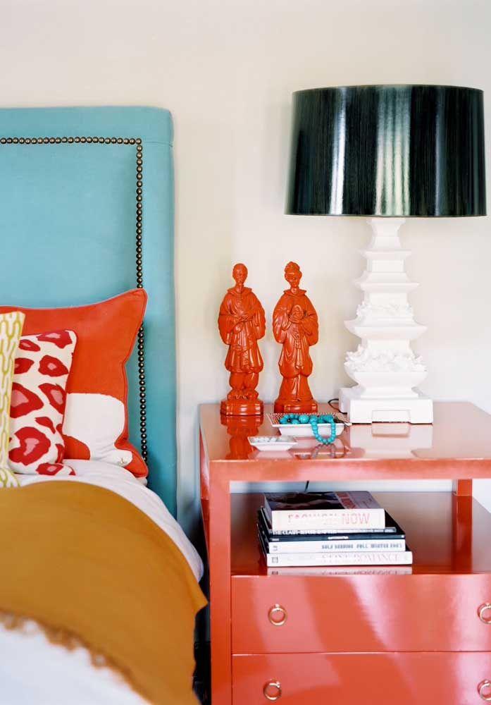 A dupla de santos católicos fala diretamente com a cor das almofadas sobre a cama