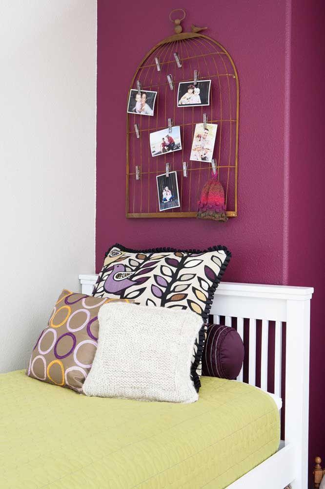 A tela em formato de gaiola acomoda as fotos da moradora