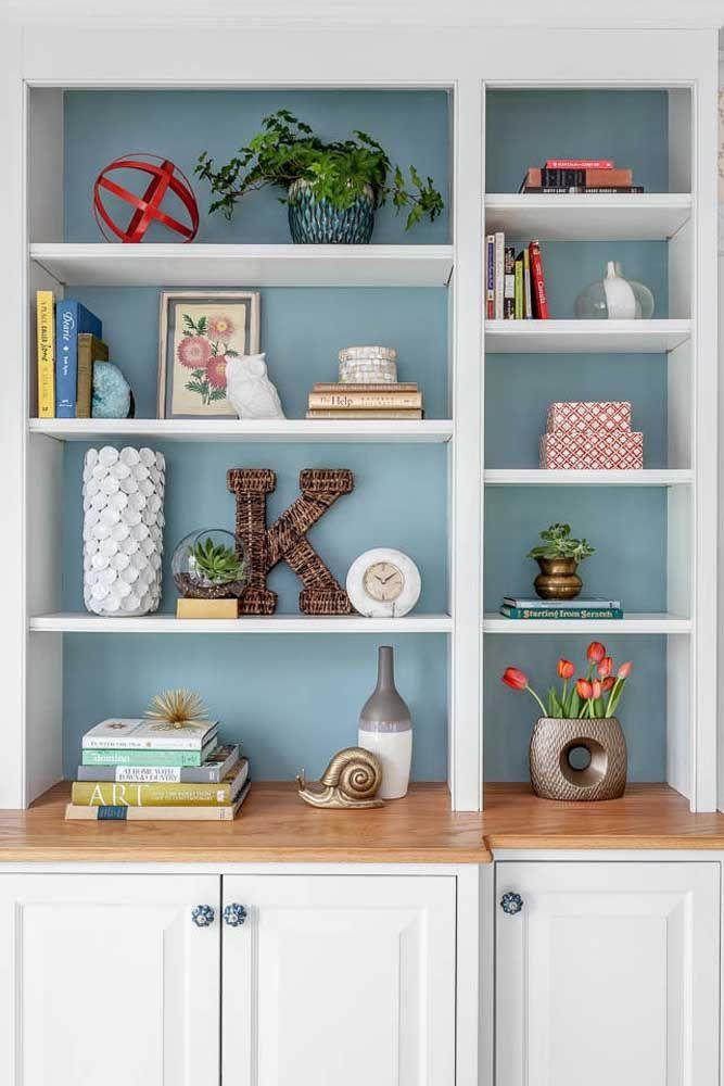 Deixe o fundo da estante em uma cor diferenciada para destacar os objetos decorativos