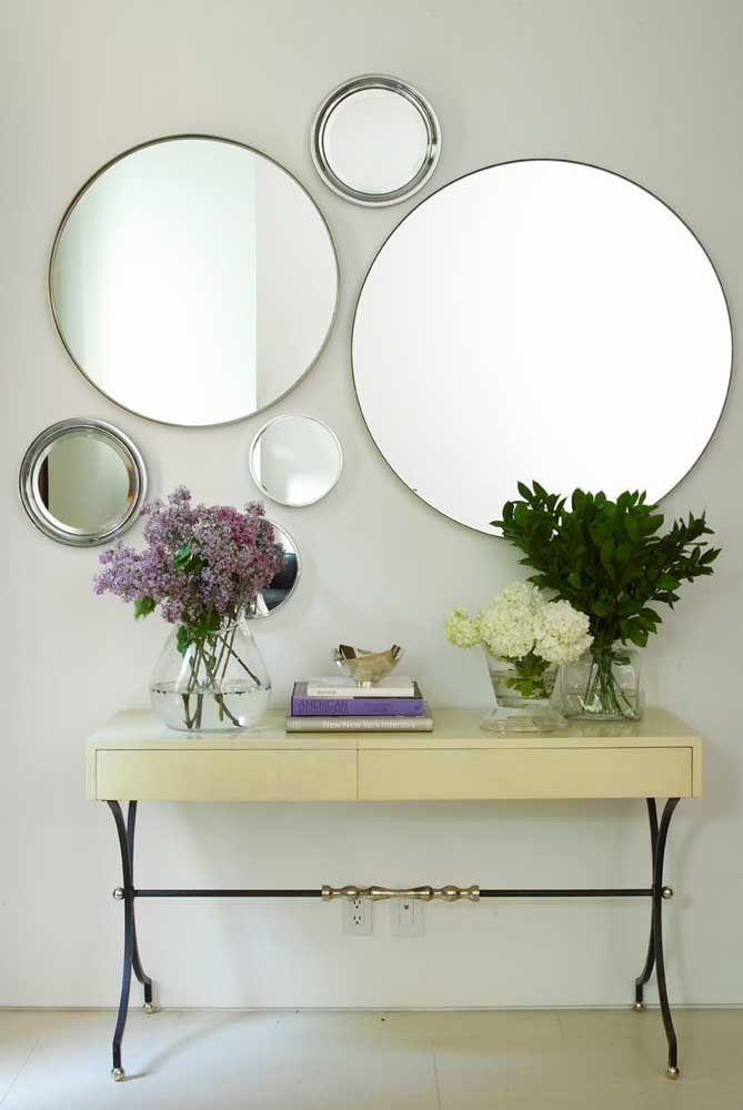 Nada melhor para decorar um aparador do que flores e espelhos