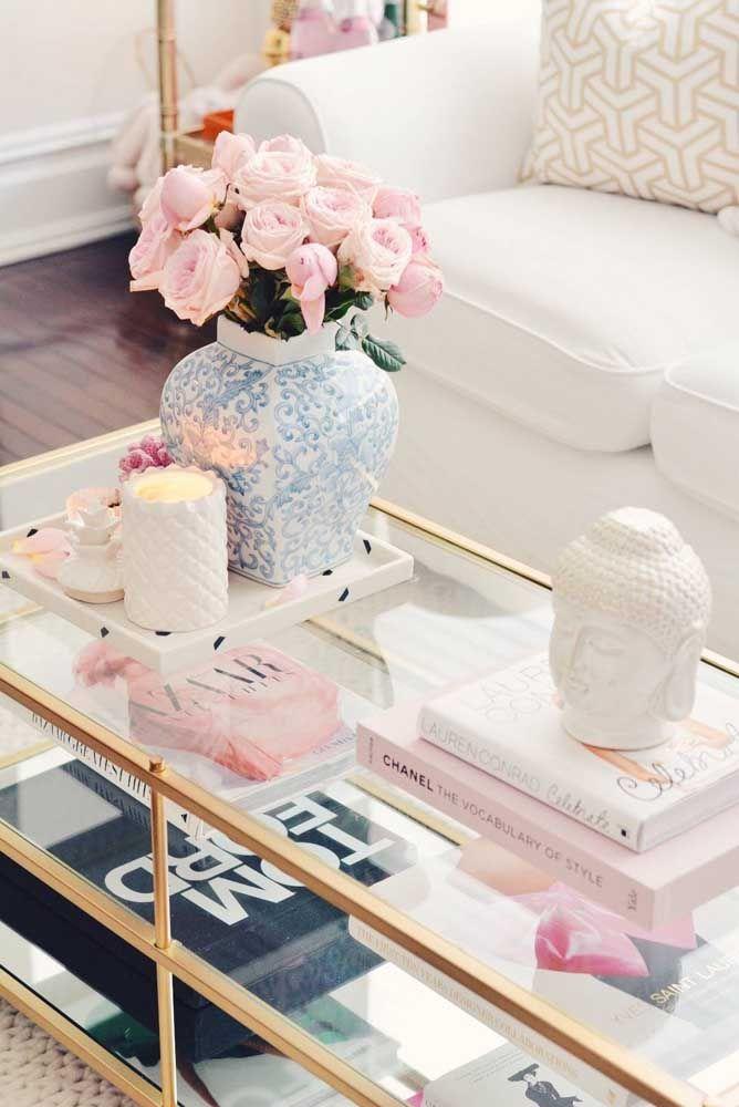 Use bandejas para organizar em um único lugar diferentes objetos decorativos