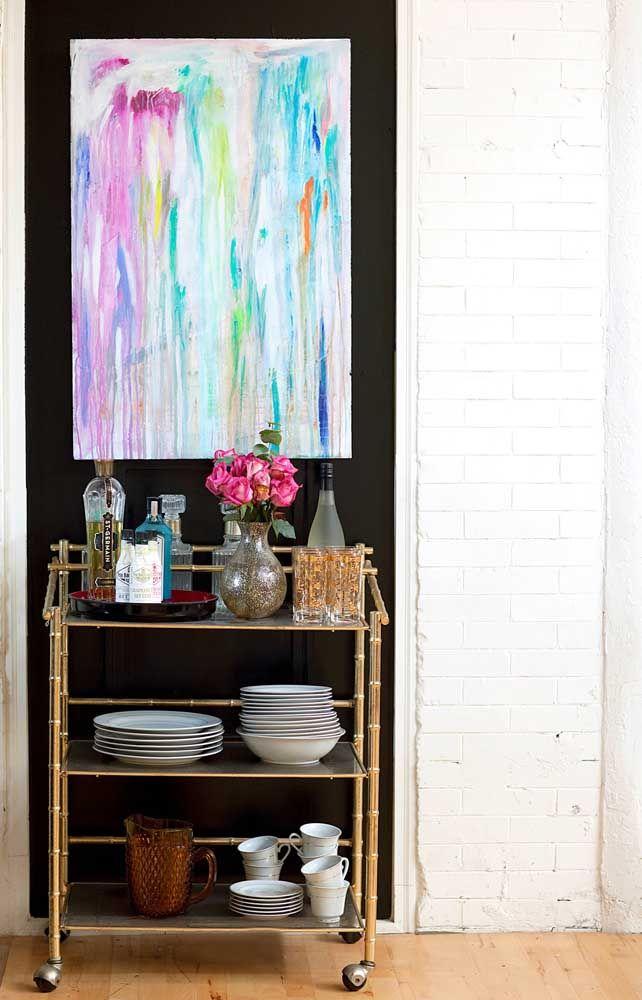 Para completar a decoração desse bar, o quadro abstrato de tons vibrantes