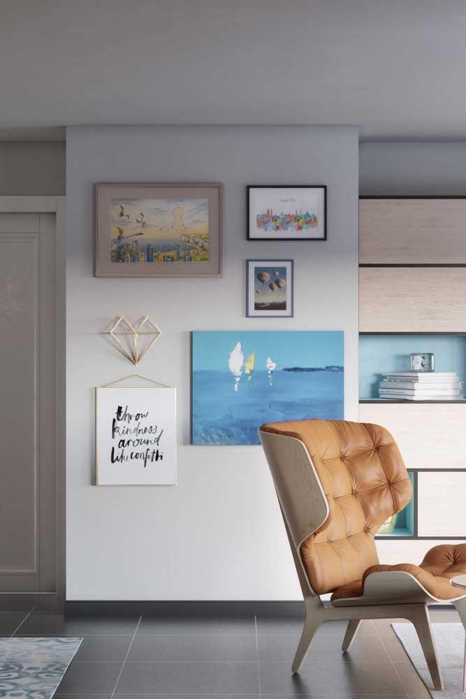 Mescle quadros de pinturas, fotos e frases na parede