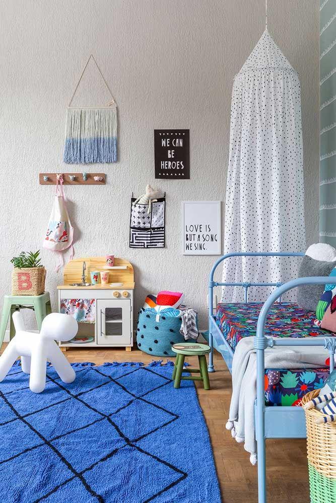 O quartinho infantil pode ser decorado com os próprios brinquedos das crianças