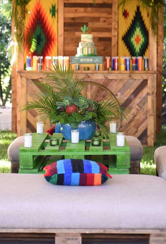 Paletes, cores vivas e plantas tropicais dão um toque rústico para essa festa mexicana