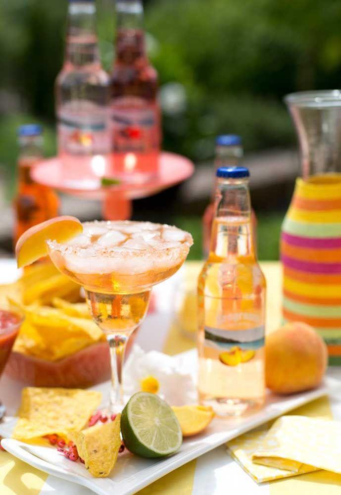 Drinques bem servidos acompanhados de nachos crocantes