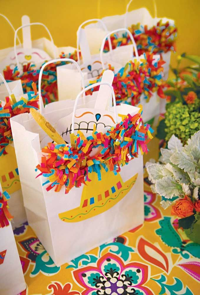 Aqui, as lembrancinhas são sacolas coloridas e decoradas com pompons e sombreiro