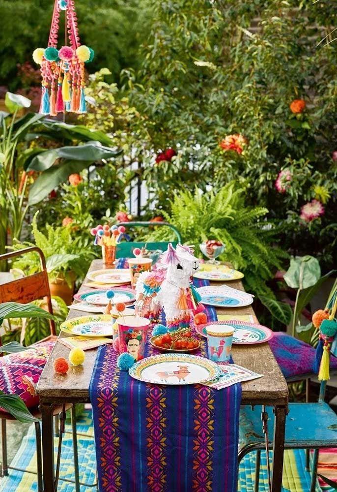 """Ao ar livre, essa festa mexicana simples não precisou de muito para ficar linda; destaque para os copos estilizados com a figura de """"Frida Kahlo"""", grande ícone da história mexicana"""