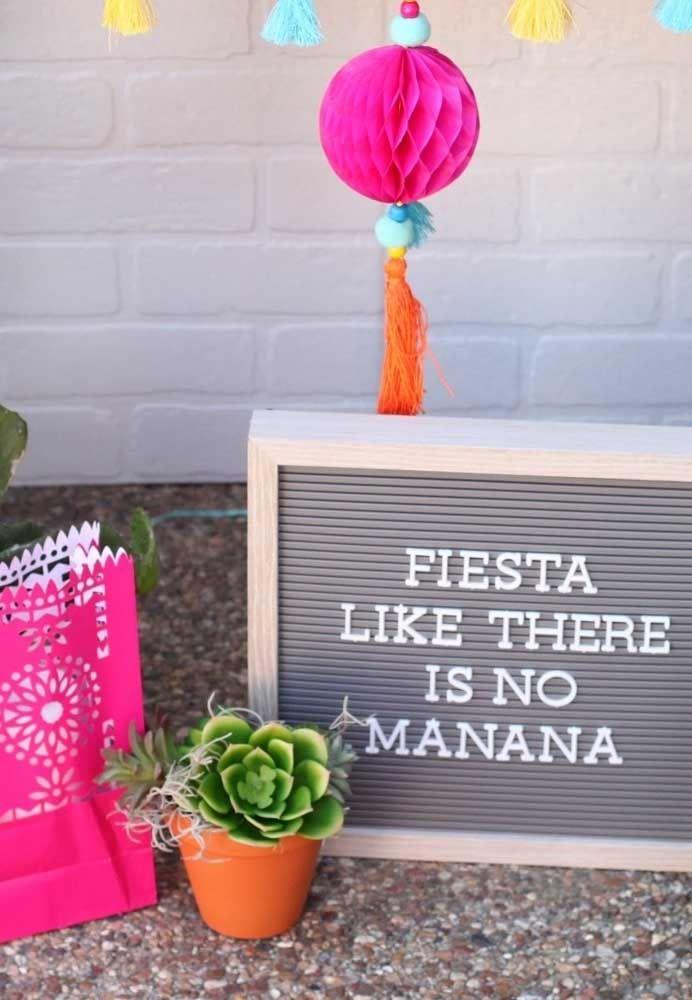 Pompons e enfeites de papel para completar a decoração da festa mexicana