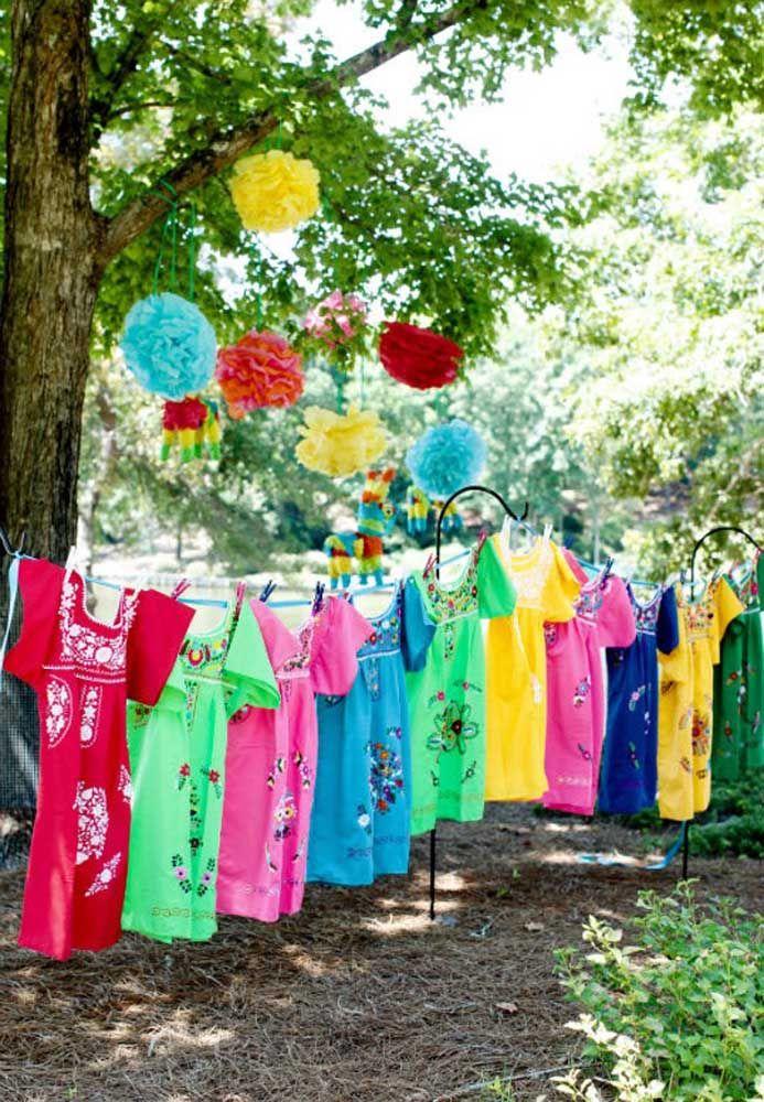 Varal de vestidos mexicanos para cada convidada pegar o seu e entrar no clima da festa