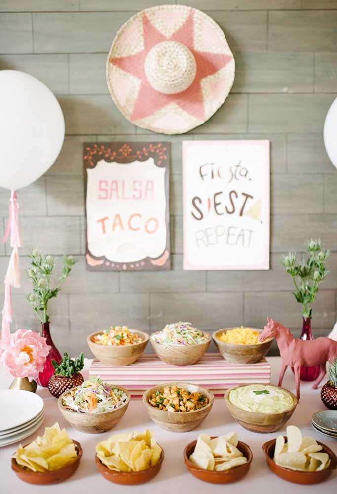 Uma mesa bem servida e decorada ao estilo da festa