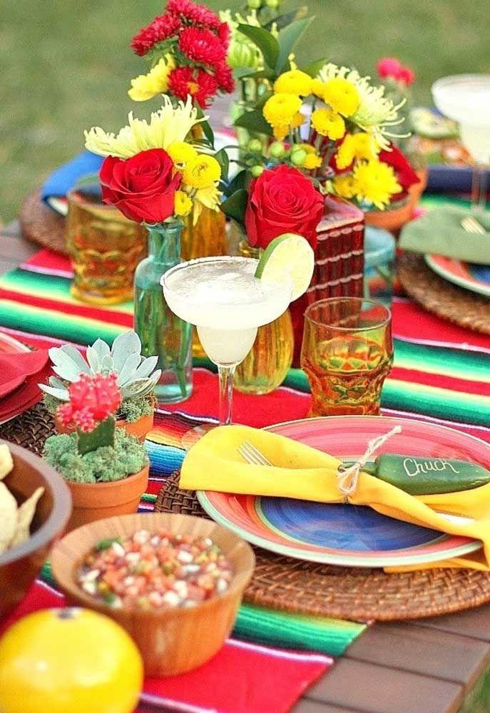 Mesa rústica, colorida e cheia de elementos mexicanos