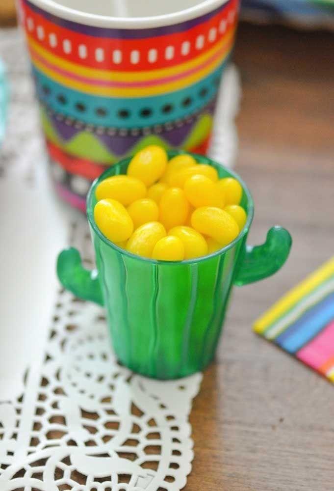 Jujubas amarelas no copo verde em formato de cacto: um verdadeiro mix entre Brasil e México