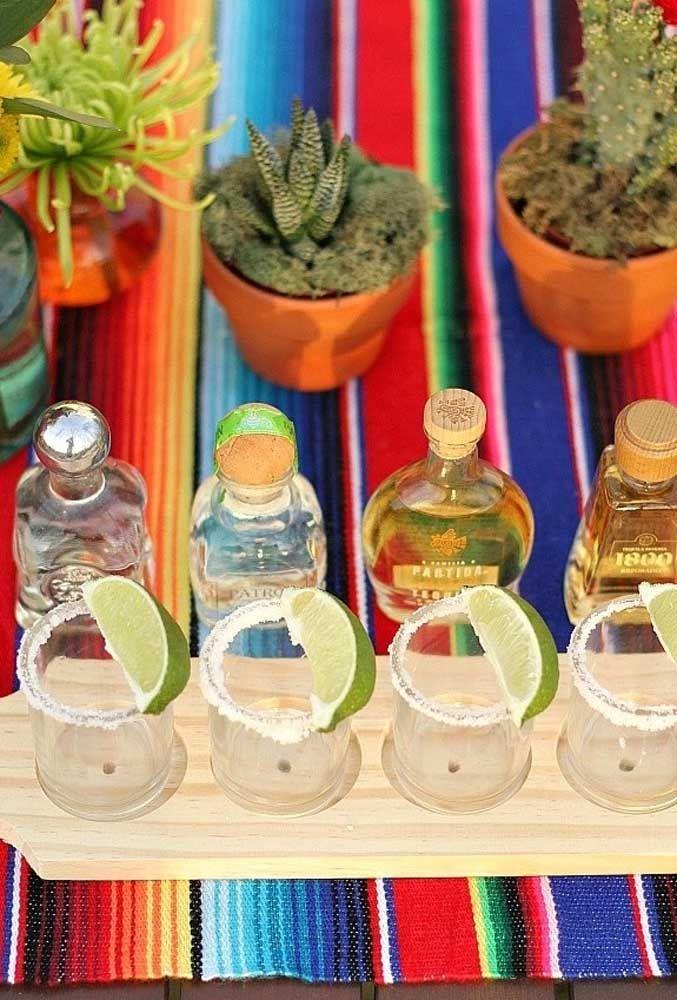 Copos com sal e limão só aguardando o momento da tequila