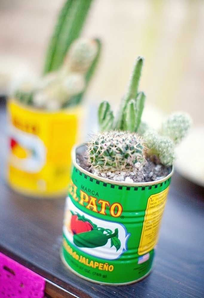 Na festa mexicana, as latinhas de pimenta jalapeno se transformam em vasos para cactos, tudo a ver!