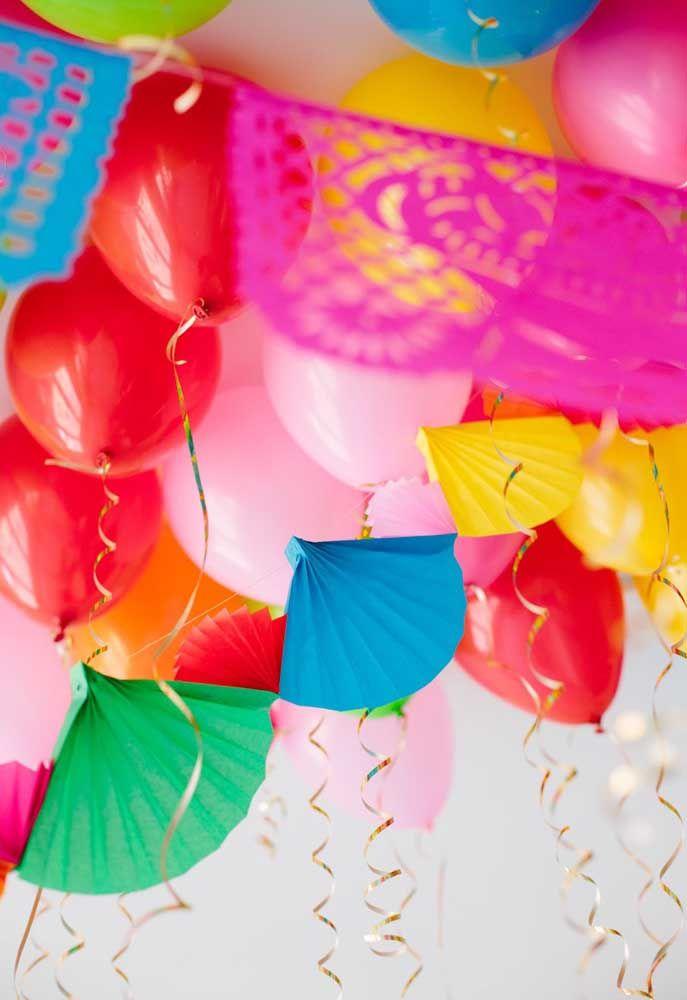 Balões e enfeites de papel para forrar o teto