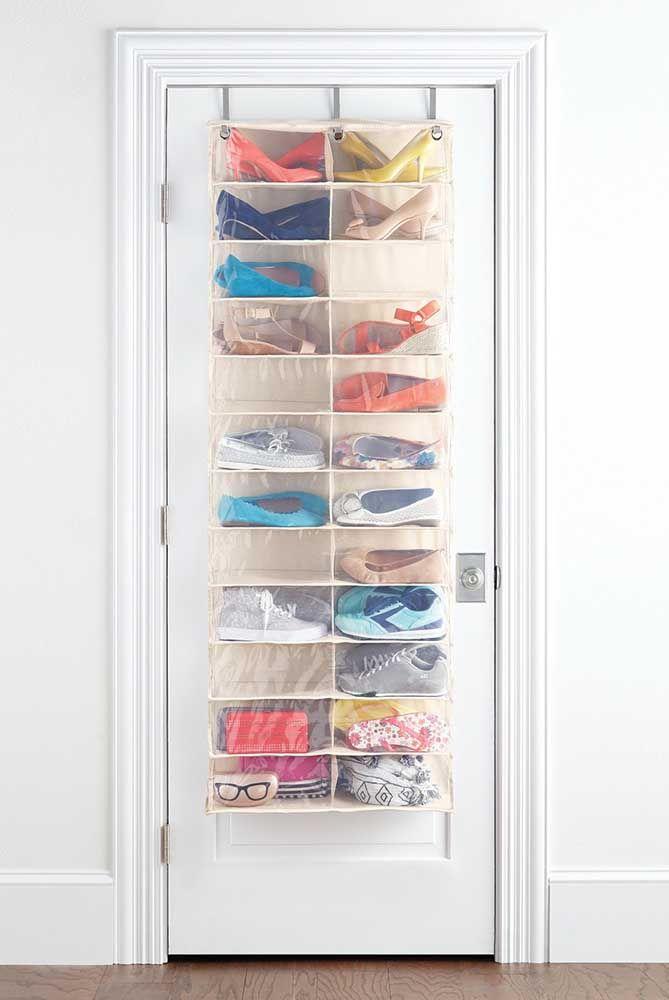 A sapateira de porta transparente permite que você localize com muito mais facilidade os seus sapatos, sem contar que ela tem um visual clean e neutro
