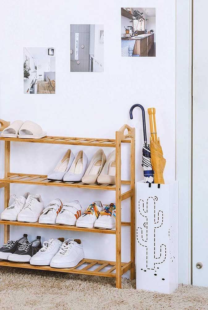 Um móvel simples de madeira para organizar os sapatos da família