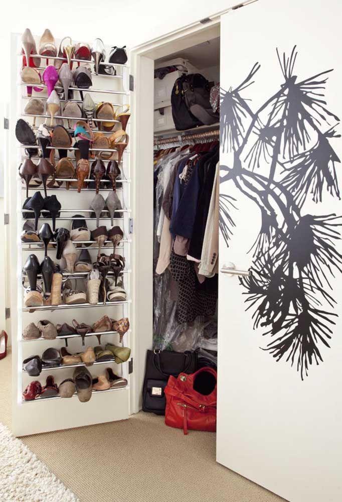 Quando o closet não é suficiente para guardar tudo o que você precisa é o momento de lançar mão de uma sapateira de porta