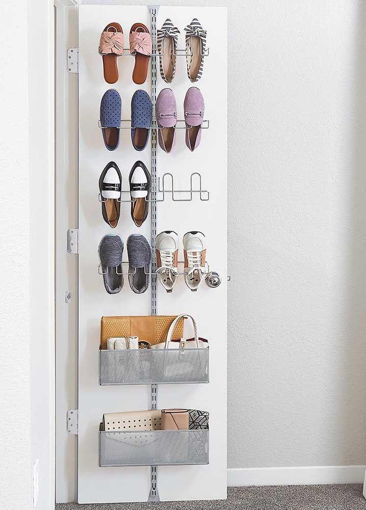Aproveite o espaço atrás da porta para a sapateira e, porque não, para guardar bolsas e carteiras