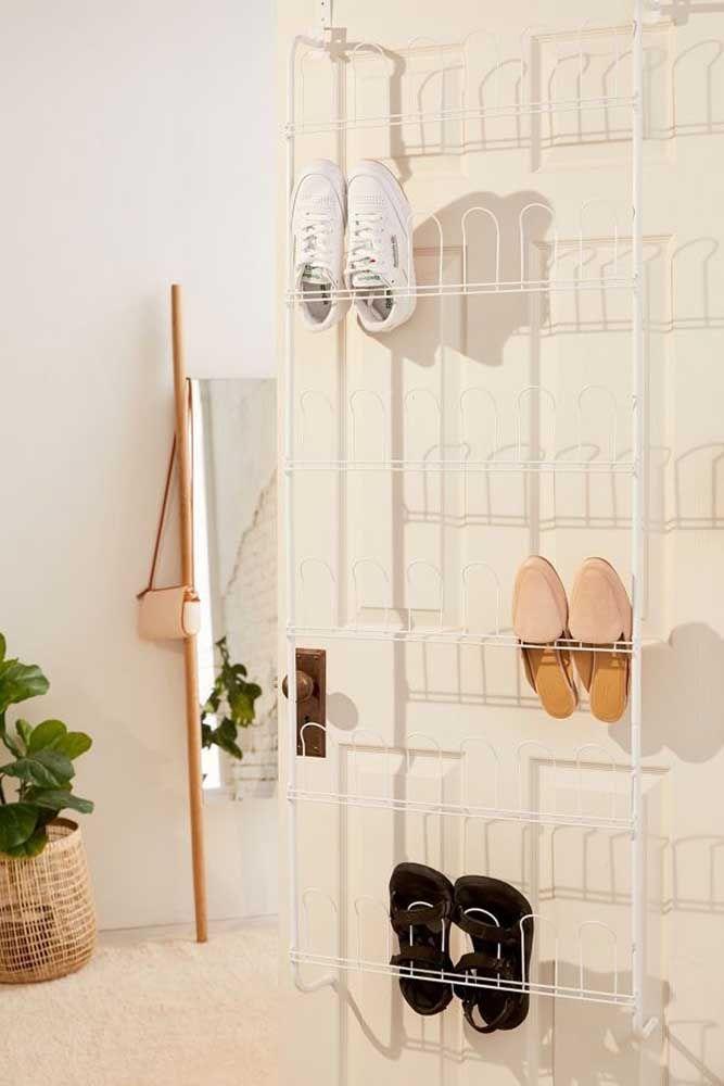 Aramado simples, bonito e funcional para organizar os seus sapatos atrás da porta