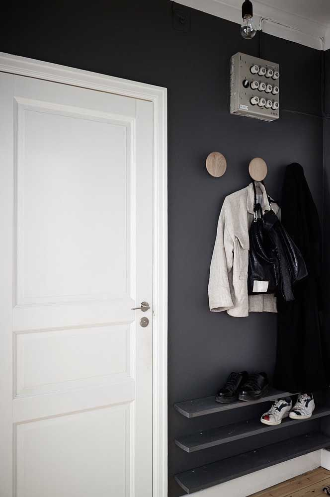 Prateleiras simples podem ser a solução ideal de sapateira para você; se quiser dar um toque moderno e diferenciado pinte as tábuas com uma cor que se encaixe com a decoração