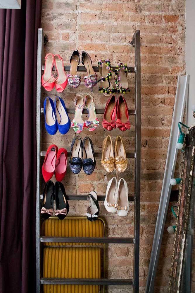 Para organizar os sapatos com salto alto a dica é usar uma estrutura de metal, semelhante a uma escada, e pendurar os pares pelo salto