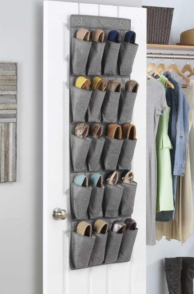 Se uma porta não for suficiente para todos os sapatos, coloque uma sapateira em cada quarto