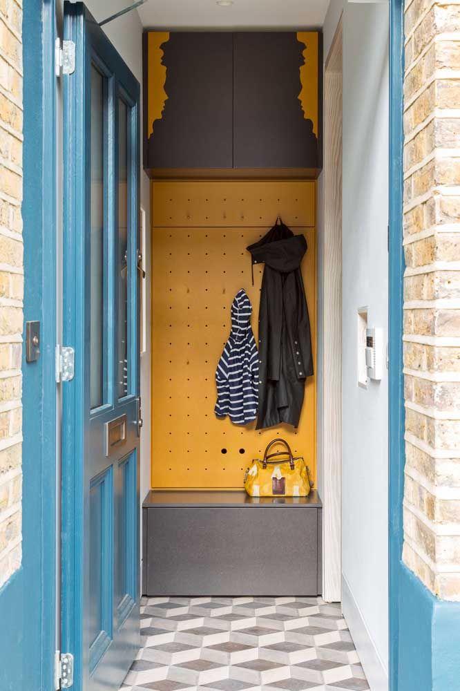 O hall de entrada é um dos melhores locais para colocar a sapateira, especialmente para quem tem o hábito de tirar os sapatos antes de entrar em casa