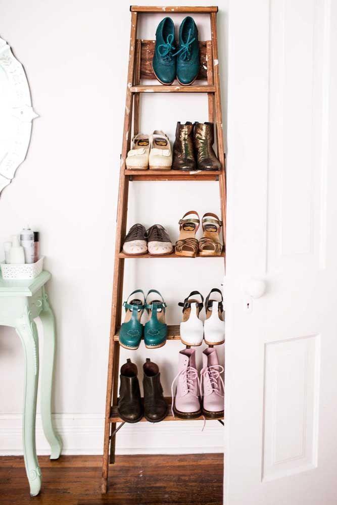 Ideia criativa e original de sapateira de porta: uma escada velha