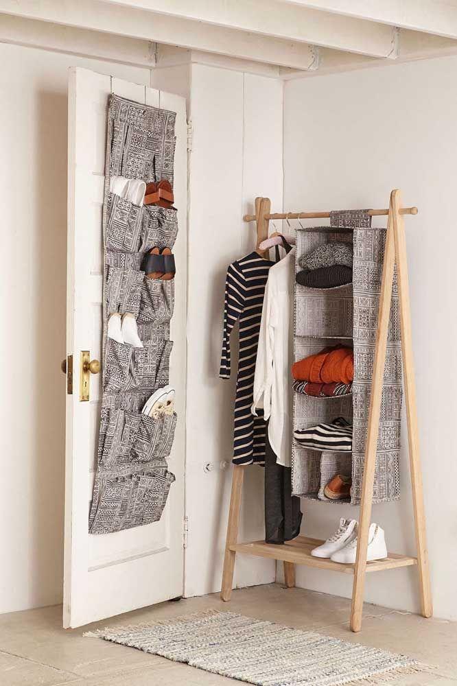 Closet aberto combina com sapateira de porta, é claro! E aqui a harmonia é tanta que até o tecido entre eles é o mesmo