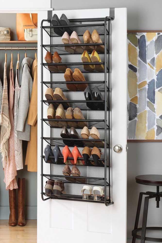 Mantenha sempre a organização da sua sapateira de porta, assim você garante encontrar o que deseja com facilidade