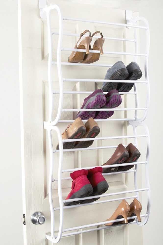 Antes de guardar o sapato na sapateira, limpe-o para não levar sujeira para os demais pares