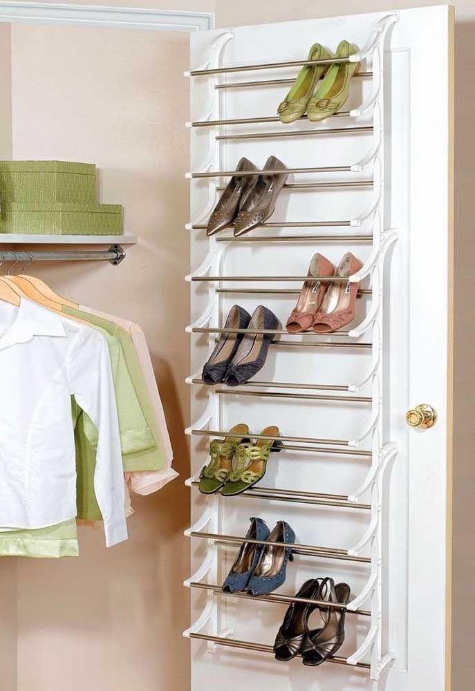Aproveite o espaço na porta do closet para instalar uma sapateira