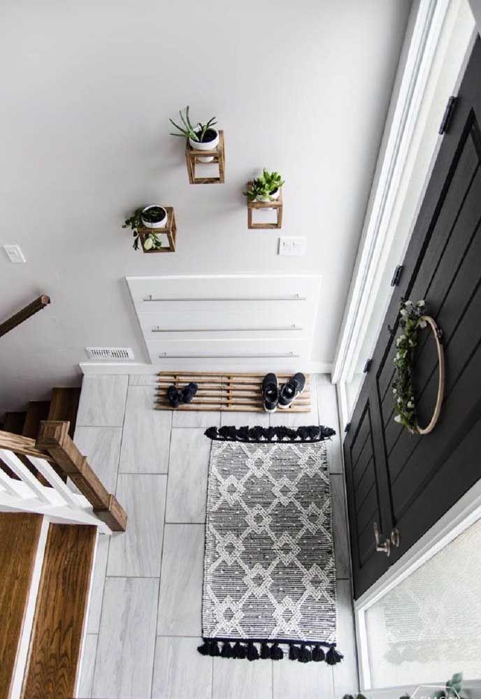 A simplicidade das ideias que funcionam; essa aqui, por exemplo, é uma sapateira de porta feita apenas de uma estrutura de madeira sobre o chão