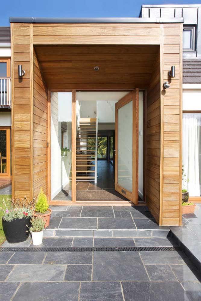 Aqui, o vidro traz leveza e modernidade a porta, enquanto a madeira reforça o lado rústico e despojado da construção