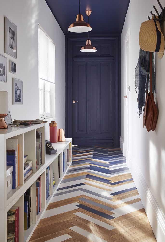 O novo preto da decoração, o azul, foi usado nesse projeto para dar cor à porta principal e ao teto; uma proposta moderna, elegante e, ao mesmo tempo, simples