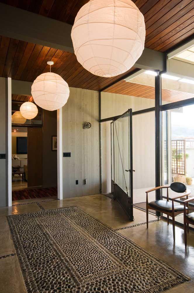 Leveza, luz e uma brisa suave para dentro da casa; quanta coisa boa uma porta só é capaz de trazer