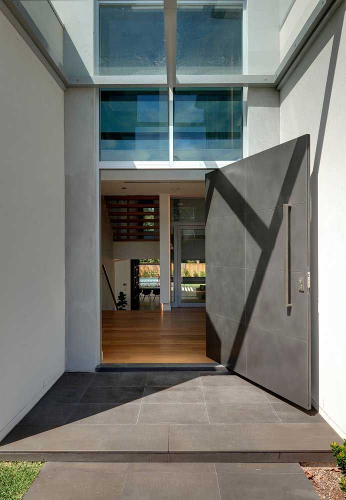 A enorme porta de aço dessa casa revela uma decoração interior simples e funcional